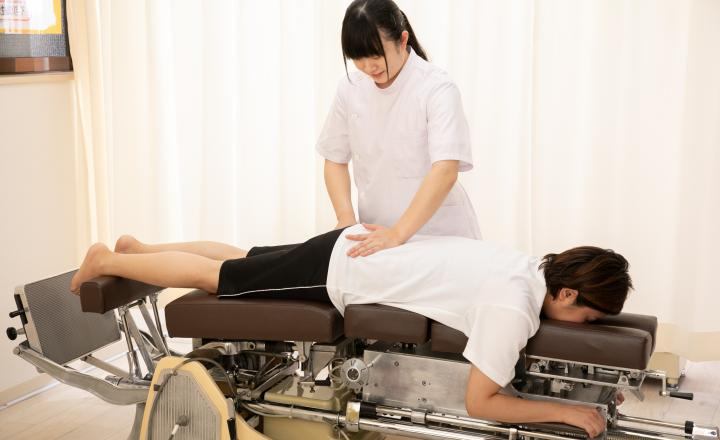 骨盤矯正の施術風景